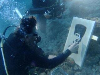 Su altında Atatürk portresi çizdiler